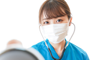 マスクを装着して診療をする医師の写真素材 [FYI04714267]