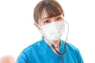 マスクを装着して診療をする医師の写真素材 [FYI04714270]