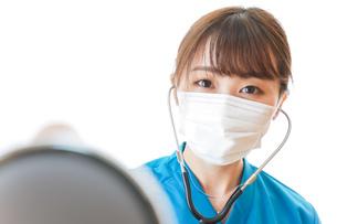 マスクを装着して診療をする医師の写真素材 [FYI04714272]