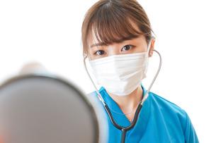 マスクを装着して診療をする医師の写真素材 [FYI04714273]