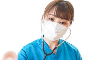 マスクを装着して診療をする医師の写真素材 [FYI04714274]