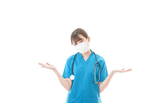 マスクを装着して悩む医師の写真素材 [FYI04714284]