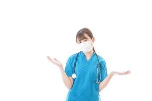 マスクを装着して悩む医師の写真素材 [FYI04714292]