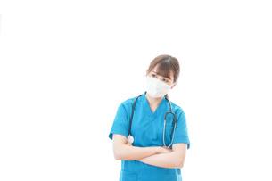 マスクを装着して悩む医師の写真素材 [FYI04714293]