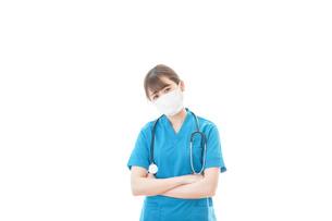 マスクを装着して悩む医師の写真素材 [FYI04714295]