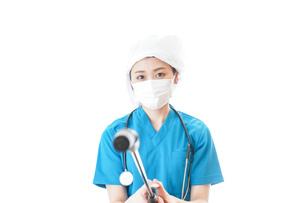 消毒作業を行う医療従事者の写真素材 [FYI04714307]