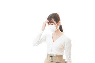 肺炎に感染した若いビジネスウーマンの写真素材 [FYI04714318]