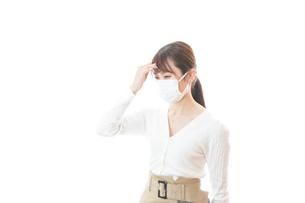 肺炎に感染した若いビジネスウーマンの写真素材 [FYI04714320]