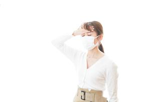 肺炎に感染した若いビジネスウーマンの写真素材 [FYI04714324]