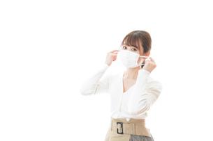 マスクをした若い女性の写真素材 [FYI04714325]