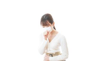 肺炎に感染した若いビジネスウーマンの写真素材 [FYI04714331]