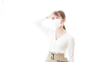 肺炎に感染した若いビジネスウーマンの写真素材 [FYI04714333]