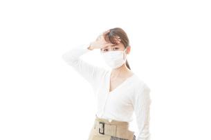 肺炎に感染した若いビジネスウーマンの写真素材 [FYI04714334]