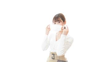 マスクをした若い女性の写真素材 [FYI04714337]