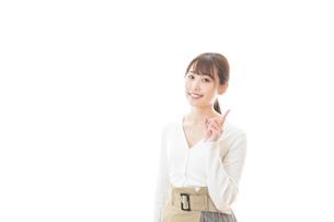 笑顔で指をさす若い女性の写真素材 [FYI04714349]