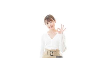 笑顔でOKサインを示す若い女性の写真素材 [FYI04714351]