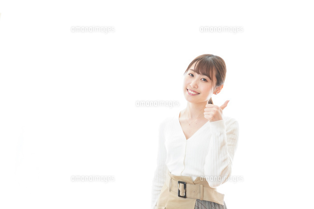 笑顔でOKサインを示す若い女性の写真素材 [FYI04714352]