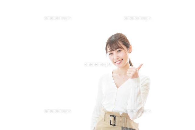 笑顔でOKサインを示す若い女性の写真素材 [FYI04714360]