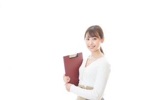 笑顔で資料を持つ若い女性の写真素材 [FYI04714365]