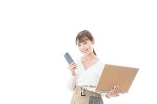 笑顔で在宅勤務をする若い女性の写真素材 [FYI04714366]