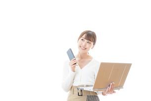 笑顔で在宅勤務をする若い女性の写真素材 [FYI04714367]