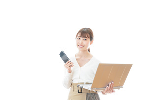 笑顔で在宅勤務をする若い女性の写真素材 [FYI04714370]