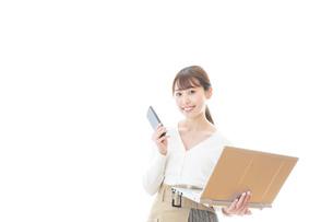 笑顔で在宅勤務をする若い女性の写真素材 [FYI04714372]