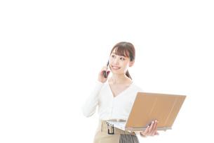笑顔で在宅勤務をする若い女性の写真素材 [FYI04714373]