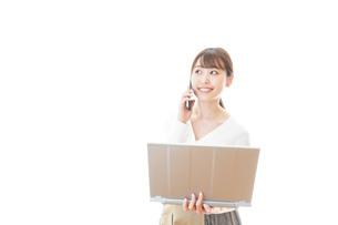 笑顔で在宅勤務をする若い女性の写真素材 [FYI04714374]