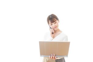 笑顔で在宅勤務をする若い女性の写真素材 [FYI04714375]