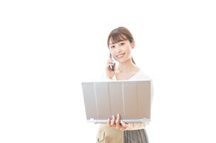 笑顔で在宅勤務をする若い女性の写真素材 [FYI04714376]