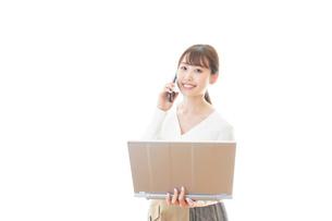笑顔で在宅勤務をする若い女性の写真素材 [FYI04714377]