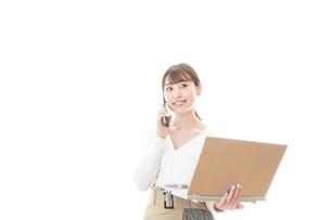 笑顔で在宅勤務をする若い女性の写真素材 [FYI04714378]