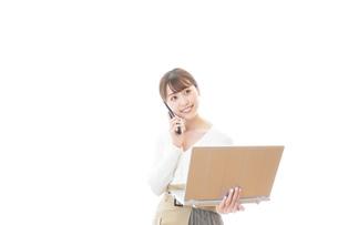 笑顔で在宅勤務をする若い女性の写真素材 [FYI04714379]