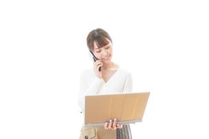 笑顔で在宅勤務をする若い女性の写真素材 [FYI04714380]