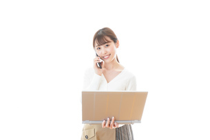 笑顔で在宅勤務をする若い女性の写真素材 [FYI04714382]