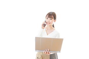 笑顔で在宅勤務をする若い女性の写真素材 [FYI04714383]