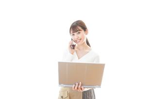 笑顔で在宅勤務をする若い女性の写真素材 [FYI04714384]