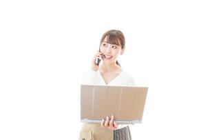 笑顔で在宅勤務をする若い女性の写真素材 [FYI04714385]