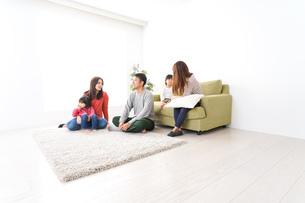 家に集まる子供とママ友・パパ友の写真素材 [FYI04714422]