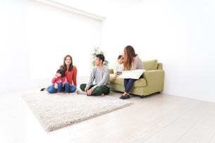 家に集まる子供とママ友・パパ友の写真素材 [FYI04714424]