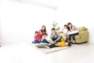 家に集まる子供とママ友・パパ友の写真素材 [FYI04714426]