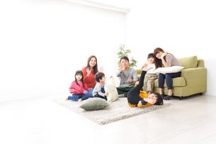 家に集まる子供とママ友・パパ友の写真素材 [FYI04714432]