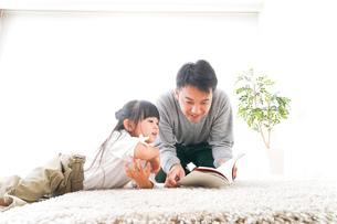 本の読み聞かせをするお父さんの写真素材 [FYI04714440]