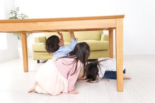 地震から避難をする子どもたちの写真素材 [FYI04714445]