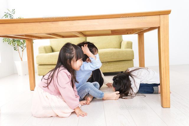 地震から避難をする子どもたちの写真素材 [FYI04714447]
