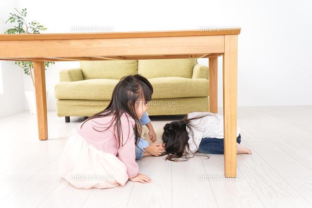 地震から避難をする子どもたちの写真素材 [FYI04714449]