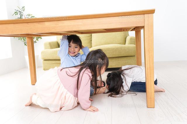 地震から避難をする子どもたちの写真素材 [FYI04714451]