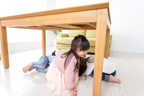 地震から避難をする子どもたちの写真素材 [FYI04714452]