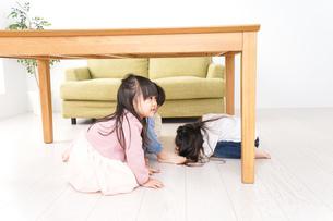 地震から避難をする子どもたちの写真素材 [FYI04714453]